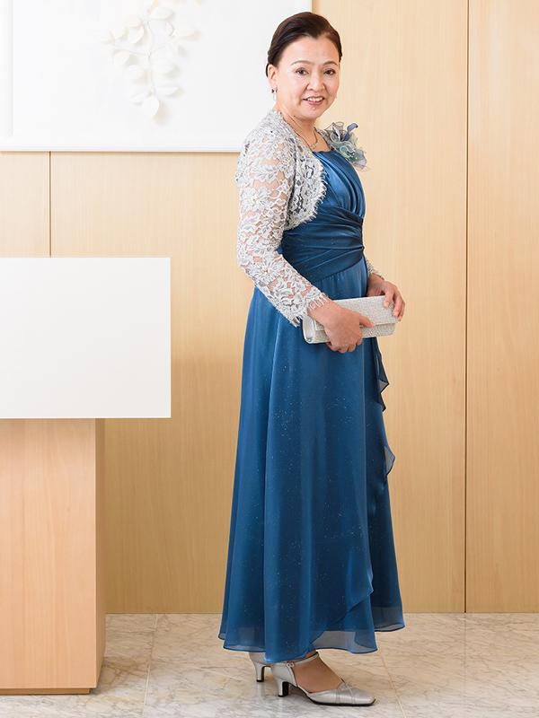 光沢のあるロイヤルブルーのオーガンジーフォーマルドレス