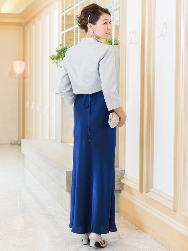 中央のアラビアン柄が特徴的なロイヤルブルーのサテンドレス