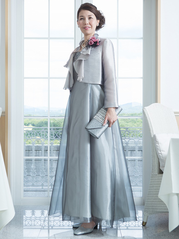 光沢のあるシルバーグレーのオーガンジードレス。