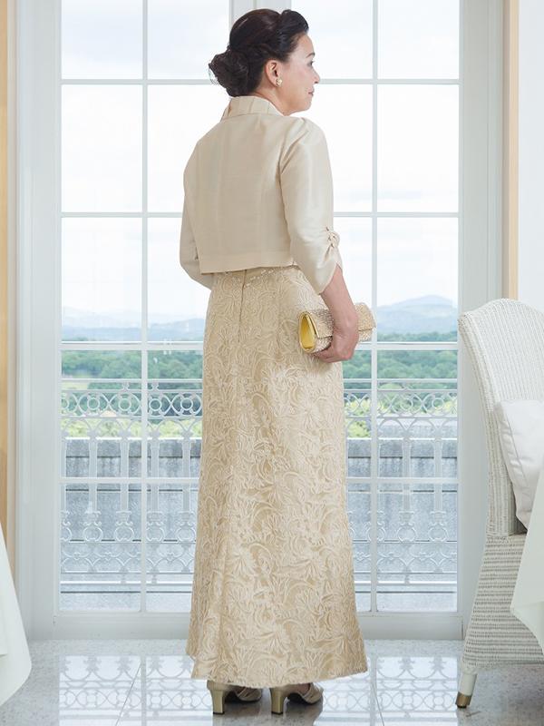 コードレースを施した華やかなベージュドレス