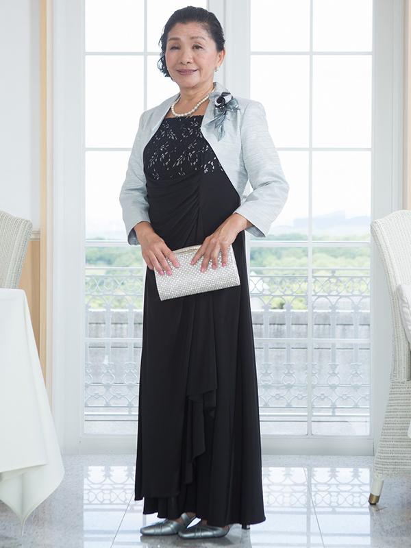 伸縮のある素材でウエスト部分にドレープがあり、華やかなデザインのドレス